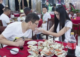 Crab-Cracking Chinese Cutie Offers A Shell Deal